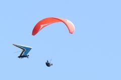 Zwei Hängegleiter fliegen nah an einander Lizenzfreie Stockbilder