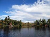 Zwei Häuser auf dem Ufer lizenzfreies stockfoto