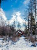Zwei Häuser im Winterwald an einem klaren, sonnigen Tag Stockbild