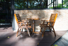 Zwei hölzerne adirondack Stühle auf Park in Bangkok, Thailand Stockfoto