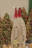 Zwei hölzerne Bären, die Funkelnsterne Weihnachtsdekorationen vor bokeh Funkeln Weihnachtsbäumen - selektiver Fokus tragen stockfotografie