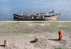 Zwei hölzerne Boote Lizenzfreie Stockfotografie