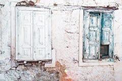 Zwei hölzerne Fensterläden Stockfotos