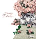 Zwei hölzerne Herztags unter schönen rosa Rosen, Textraum Lizenzfreies Stockbild