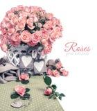 Zwei hölzerne Herztags unter schönen rosa Rosen, Textraum Lizenzfreie Stockfotos
