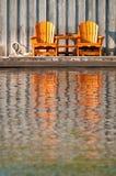 Zwei hölzerne Muskoka Stühle Stockbild