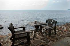 Zwei hölzerne Stühle auf dem Strand Stockfotos