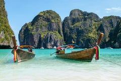 Zwei hölzerne traditionelle Boote auf dem Ufer Lizenzfreie Stockfotos