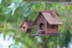 Zwei hölzerne Vogelhäuser, eins im Fokus, einer heraus Lizenzfreie Stockfotos