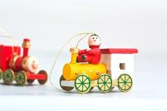 Zwei hölzerne Weihnachtsspielzeuglokomotiven lizenzfreies stockbild
