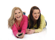 Zwei hübsche Frauenfreunde, die fernsehen Stockfoto