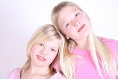 Zwei hübsche Gesichter der Mädchen Stockbilder
