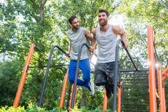 Zwei hübsche junge Männer leidenschaftlich über die Eignung, die Bäder exerc tut stockfotografie