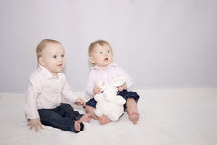 Zwei hübsche Kleinkinder mit einem großen Spielzeug Lizenzfreies Stockfoto