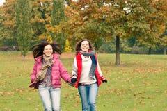 Zwei hübsche Mädchen, die Spaß haben Stockfotos