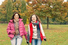 Zwei hübsche Mädchen, die Spaß haben Lizenzfreies Stockbild