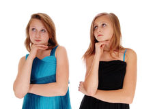 Zwei hübsche Mädchen, die stark denken Stockfotografie