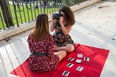 Zwei hübsche Mädchen machen Fotos für Social Media stockfoto