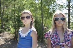 Zwei hübsche Mädchen mit Lutscher Stockfoto