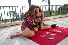 Zwei hübsche Mädchen wählen Fotos für Social Media stockfotos