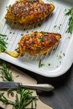 Zwei Hühnerbrüste gebacken in einer Wanne Stockfotografie