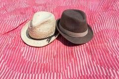 Zwei Hüte auf rosa Decke lizenzfreies stockbild