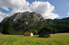 Zwei Hütten vor einem Berg in den Dolomit Lizenzfreie Stockfotografie