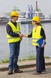 Zwei Hafenarbeiter, die Hände rütteln Lizenzfreies Stockbild