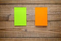Zwei Haftnotizanmerkungen über Holz Lizenzfreie Stockbilder