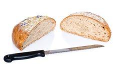 Zwei halbe Laibe Brot mit Messer Lizenzfreies Stockbild