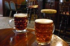 Zwei halbe Liter Bier in einer gewöhnlich traditionellen britischen Kneipe Lizenzfreie Stockfotos