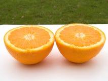 Zwei halbe Orangen Stockbild