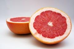Zwei halfs Frucht der roten Traube Stockfotos