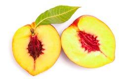 Zwei halfs Nektarinefrucht Stockfoto