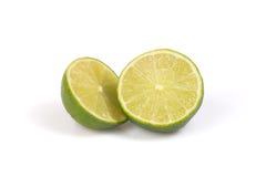 Zwei halfs Zitrusfruchtkalk auf dem weißen Hintergrund. lizenzfreies stockbild