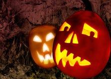 Zwei Halloween-Kürbise auf grunge Hintergrund Stockfotografie