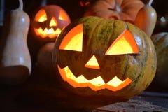 Zwei Halloween-Kürbise heben Gesichter mit Mondschein auf die Oberseite Lizenzfreie Stockfotografie