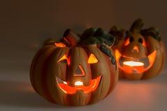 Zwei Halloween-Kürbise mit brennenden Kerzen Lizenzfreie Stockfotos
