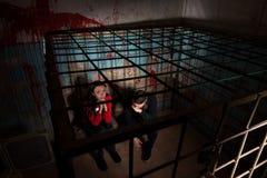 Zwei Halloween-Opfer in einem Käfig stockfoto