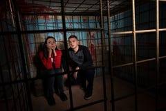 Zwei Halloween-Opfer in einem Käfig stockfotografie