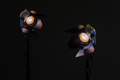 Zwei Halogenscheinwerfer mit Fresnellinsen Schießen im Studio oder im Innenraum Fernsehen, Filme, Fotos Stockbild