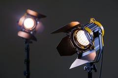 Zwei Halogenscheinwerfer mit Fresnellinsen Schießen im Studio oder im Innenraum Fernsehen, Filme, Fotos Stockfoto