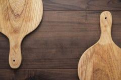 Zwei handgemachte Brotschneidebretter auf Tabelle Stockfotos