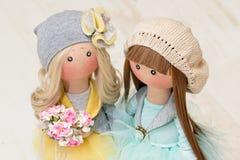 Zwei handgemachte Flickenpuppen - blond und braunhaarig stockfoto