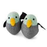 Zwei handgemachte Textilspielzeugvögel auf Weiß Lizenzfreies Stockfoto