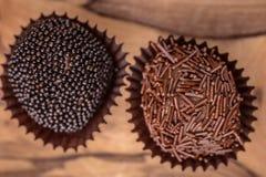 Zwei handgerollte feinschmeckerische Pralinen lizenzfreies stockbild