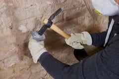 Zwei Handholdingwerkzeuge gegen alte Backsteinmauer Stockfotos