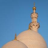 Zwei Hauben und ein Minarett Abu Dhabi Sheikh Zayed Mosque Lizenzfreies Stockbild