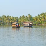 Zwei Hausboote in den Stauwassern in Kerala, Indien lizenzfreie stockbilder