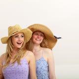 Zwei hübsche Mädchen, die zusammen in die Sonne schlendern Lizenzfreies Stockfoto